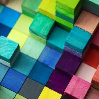 Foto de diversos cubos com texturas e cores diferentes em diversas pilhas
